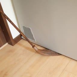 高田耕造商店 やさしいはたき(全長82cm) 約80gと非常に軽いので持ち上げるのもラクラク。ホコリがたまる照明の傘やエアコンの上部の掃除にぴったりです。よくしなるので3cmほどの隙間にも入ります。冷蔵庫の下やテレビと壁の隙間などのお掃除にもとても便利。