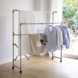 ミニマムビッグ物干し シルバー・キャスター付(室内用) (ア)シャンパンゴールド 家族の洗濯物も一発干しOK。効率的に部屋干しができます。 前後のバーの向きを外側にすると、空間を広く使って干せます。