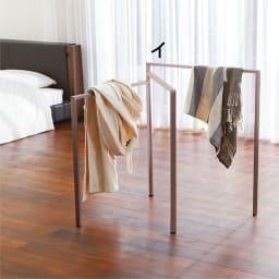 アルミ製タオルハンガー (室内物干し) ルームウェアやストール等のちょっと掛けにも便利です。脱衣所だけでなく、寝室等の使用もおすすめです。 ※写真は3枚ワイドタイプです。