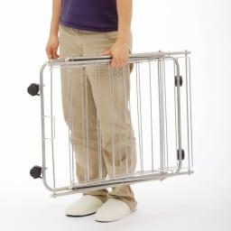 室内用たためる物干し/ハンガー バスタオルが干せる幅71cm高さ151cm 3段 たたむと約10cmの薄さになり持ち運びも収納もカンタン。