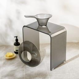 フォスキア バスシリーズ バスチェア&洗面器 コーディネート例 (ウ)グレー ※写真はバスチェアL。手桶は商品に含まれません。