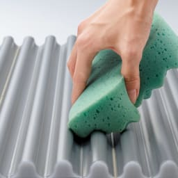 溝の奥まで洗いやすいカラーウェーブ抗菌風呂ふた 奥行90cm×幅~130cm迄 溝の奥が広がっているため、折り曲げなくても溝の奥まで洗えます。