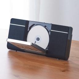 薄型2WAY CDプレーヤー 前面からCDの出し入れができ、操作も簡単に行えます。