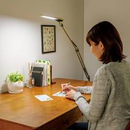 フロア型読書灯 LEDエグザーム DIVA 手元だけを照らしたり、間接照明に使ったり、応用範囲の広いライトです。