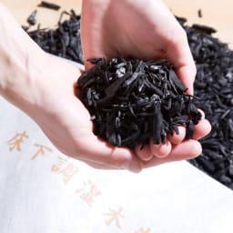 調湿木炭「出雲屋 炭八」 3リットル×5個 特典付き(スマート小袋2個) 中にはこのような炭がぎっしりと詰め込まれています。(中身は出さず、袋のままでお使いください)
