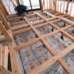 調湿木炭「出雲屋 炭八」 3リットル×5個 特典付き(スマート小袋2個) 住設用でも使用されている実力。建設現場ではこのように床下に敷き詰めて使われています。
