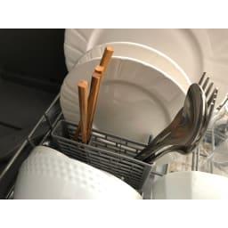 【ディノス先行販売】水栓工事のいらない食器洗浄乾燥機 販路限定カラー 箸、スプーン、フォークなどのカトラリー類もすっきり入れられるケースも標準装備。食器とあわせて一気に洗い物が終了します。