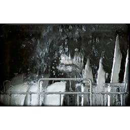 【ディノス先行販売】水栓工事のいらない食器洗浄乾燥機 販路限定カラー 庫内で洗浄している様子。激しい勢いの水流で手洗いよりも効率よくきれいに食器を洗いあげます。