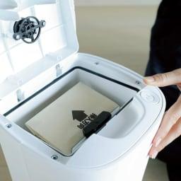 フローリングクリーナー ゴミ捨てが簡単で清潔な紙パック式。