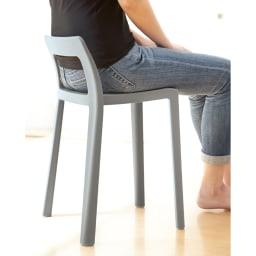 ENOTS ミニマルスタッキングチェア [I'mD/アイムディー] 低めの背もたれでも、腰を支えるので座り心地が良いのが驚き!