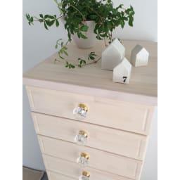 フェミニンチェストキャスター付 ホワイトウォッシュは少し木目が透けて優しい雰囲気です。上にちょっと飾ったりできるのもいいですね。