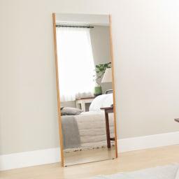 割れない軽量フィルムミラー プレミアム 天然木フレーム (ア)ナチュラル すべりにくいゴム脚付だから、壁に立て掛けても使えます。 ※写真は幅60高さ150cmです