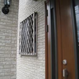 プライバシー対策に 格子窓専用カバー「サンシャインウォール」組立式