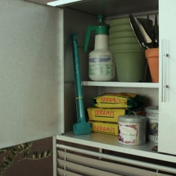逆ルーバー室外機カバー 【大型対応】収納庫付き 可動棚付きの本格的な収納庫で、あふれがちなガーデンツールや種、肥料などをまとめて収納できます。