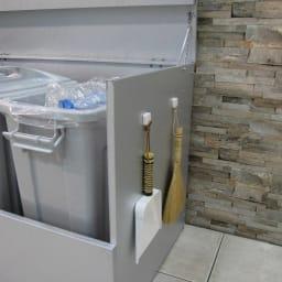 大きく開くガルバ製ゴミ保管庫 幅100奥行55cm ペール3個付き 使い勝手のよいマグネットフック2個付き。