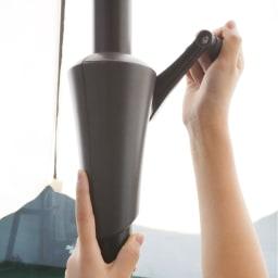 突っ張り式パラソル パラシェード クォーター(四分円) レバーを回して簡単に開閉。
