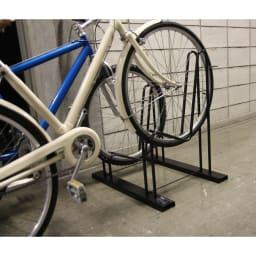 頑丈自転車スタンド 2台用・3台用は、高低差があるためスペースを取らずに並べられます。