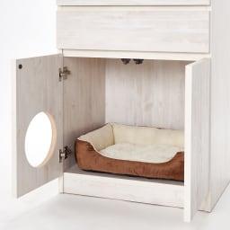 ネコ用トイレやベッドを置けるスペース付き リビング収納庫 幅60.5cm奥行45.5cm高さ180cm 向かって左の扉に直径20cmの穴があいています。こちらはマグネット付き扉。向かって右側のみプッシュ扉になります。