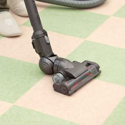 カテキン消臭&はっ水 おくだけ吸着タイルマット(30×30cm) ズレにくく、つまずきにくい。 裏面は、特殊吸着加工で吸盤のようにピタッと貼りつくから、掃除機をかけてもはがれません。何度も繰り返し使えるエコ仕様。