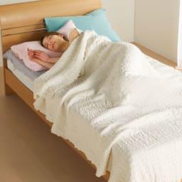 ふわふわ感が長く続く 新・くしゅくしゅ&ふわふわタオル寝具シリーズ タオルケット (ア)ホワイト 伸縮性のあるふわふわのタオル素材だから密着しすぎず、優しく肌に沿ってくれます。