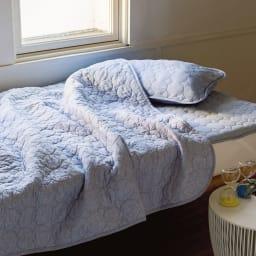 パシーマ(R)EX(先染めタイプ)夏の限定色デニムブルー キルトケット 昨夏はあっと言う間に完売した限定色デニムブルーが、20周年を記念して今季再び登場。おしゃれなデニム調の風合いが涼しげな寝室を演出します。