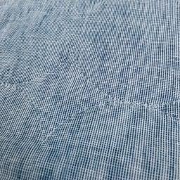先染めタイプ)シリーズ 夏の限定色デニムブルー パッドシーツ 先染め糸を使用し、経糸と横糸に白い糸を混ぜることでニュアンスのある生地に仕上がりました。片面はミックス調の無地、もう片面はピンストライプの柄のリバーシブル仕様です。