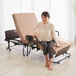 継ぎ目のないマットレスの折りたたみ電動リクライニングベッド ブレスエアー入り カバー付き (ア)ライトブラウン 足元が10cm下げられ、立ち座りしやすい高さ42cmのため、ベッドからの乗り降りがスムーズにできます。