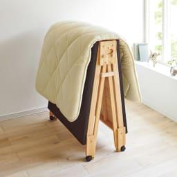 気になる湿気対策に!和モダン黒畳折りたたみベッド ロータイプ(高さ27cm) 布団を干すときは専用のストッパーで固定できます!布団を乗せたまま折りたたむことができ、窓辺に移動させて干せちゃいます!