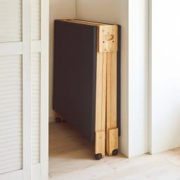 気になる湿気対策に!和モダン黒畳折りたたみベッド ロータイプ(高さ27cm) 折りたたみ時の幅はわずか27cm。ちょっとしたすき間に収納可能。