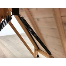 気になる湿気対策に!和モダン黒畳折りたたみベッド ハイタイプ(高さ40cm) 床面の裏にスプリングが付いているので、軽い力で持ち上げることができます。
