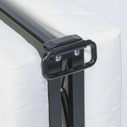 完成品折りたたみショートベッド(カバーなし/カバー付き) 中央の取っ手でスムーズに持ち上げが可能。