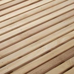 角あたりのない細すのこベッド 棚なし(国産ポケットコイルマットレス付き) すのこの板1枚1枚が細く、板の間隔が密になるため、薄めの布団を敷いても凹凸を感じにくいのが魅力です。通気性にも優れているので、ムレの心配もなく快適です。