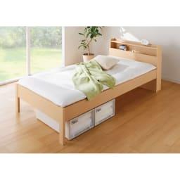 角あたりのない細すのこベッド 棚付き (国産ポケットコイルマットレス付き) (ア)ナチュラル 脚付きなので床の掃除が簡単、収納ケースも床下に置けます。 ※写真はシングルサイズです。