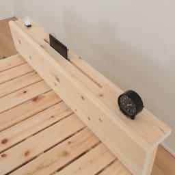 国産ひのき天然木すのこシングルベッド 棚あり(フレームのみ) 便利なスマホスタンドとコンセント付き。