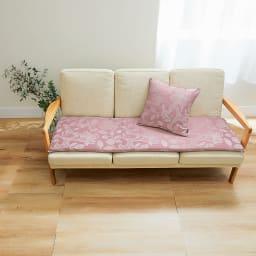 MINTONマルチカバーシリーズ〈グレースハドン〉座面シート (イ)ピンク(写真は3人掛用約46×150cm) ※コーディネート例。お届けの商品は座面シートです。