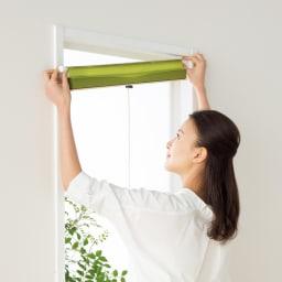 遮光・断熱ハニカム構造の小窓用シェード(イージーオーダー)(1枚) 付属のつっぱりポールで簡単セッティング。クギやネジを使わないので窓枠を傷めません。