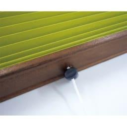 遮光・断熱ハニカム構造の小窓用シェード(イージーオーダー)(1枚) 中央にある昇降ヒモの留め具を上げ下げするだけの簡単操作。