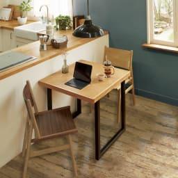 北欧調ヘリンボーンダイニングシリーズ ダイニングテーブル幅130cm 使用イメージ 幅80cmのテーブルは2人での食事やパソコン作業に丁度いいコンパクトサイズ。 ※写真はダイニングテーブル幅80cmタイプです。