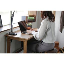 コンパクトなブルックリン風ワーキングシリーズ ワーキングデスク 使用イメージ 天板サイズは90cm x 45cmと机としてはコンパクトな部類になっています。ノートパソコンで作業を行ったり、書類を書く場所としては十分なスペースです。書斎やリビング空間での利用や2台並べて兄弟、親子で使うなどといった使い方もおすすめです。