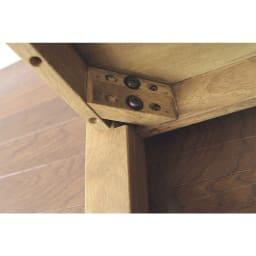 コンパクトなブルックリン風シリーズ リビングテーブル 幅90cm 脚をボルトで取り付けるだけで簡単に組み立てが可能。女子でも簡単に組み立てられます。 ダイニングテーブルで採用されている脚の取付方法ですのでしっかり天板を支えてくれます。