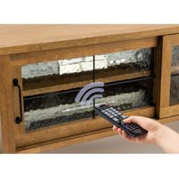 コンパクトなブルックリン風シリーズ テレビ台 扉を閉めたままでもリモコン操作が可能です。