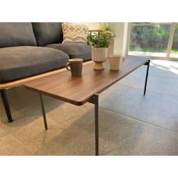 北欧調 スタイリッシュソファシリーズ リクト天然木センターテーブル ウォルナット コーディネート例 ※お届けはセンターテーブル(ウォルナット)です。写真は別売りのソファとの組合せです。