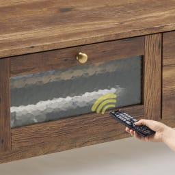 男前なブラウンヴィンテージ調シリーズ テレビ台 幅105cm テレビ台のガラス扉を閉めたまま、リモコン操作が可能です。