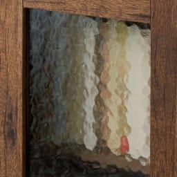 男前なブラウンヴィンテージ調シリーズ キャビネット 波打つ水面のような模様ガラスは生活感を隠すモザイク効果も。