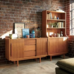 北欧ヴィンテージ風 チーク材 リビング収納 飾り棚付きリビングボード 幅80cm 懐かしみのあるレトロなデザインが、ヴィンテージの趣を添えます。※お届けは(写真右)シェルフ幅80cmです。