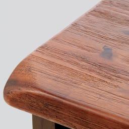 ナチュラルヴィンテージ調シリーズ キャビネット 幅120cm 素材アップ…天然木ならではのフシや木目の質感を見て触れて感じていただける仕上がりです(画像は素材感が伝わるように反射をつけています)。