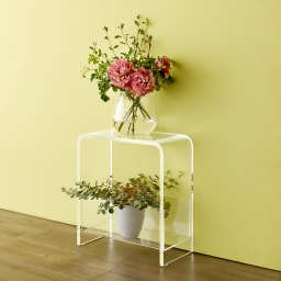 美しく飾ってしまえる クリア アクリルスツール (ドレッサースツール) お洒落な花台としてもおすすめです。