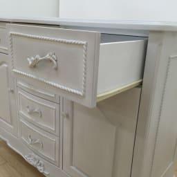 シャビーシック ホワイト フレンチ収納家具シリーズ チェスト 幅90cm 引出しは、出し入れスムーズなレール付です。 ※写真はリビングボードです。