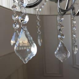 シャンデリア調フロアスタンドライト5灯 輝くビジューがシャンデリアのように光を反射します。