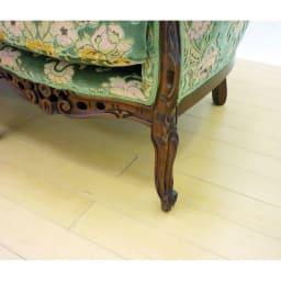 イタリア製 花柄が艶やかな 金華山織張 DXソファ トリプル(3人掛け) 脚部にも繊細な彫刻を施した、こだわりのひと品です。
